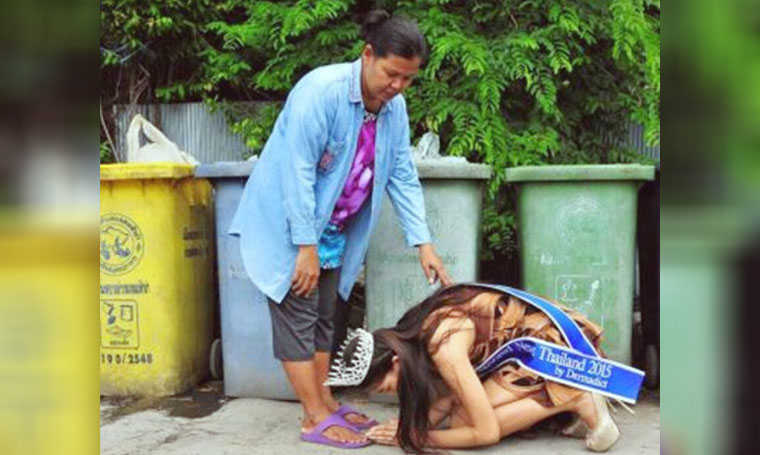 miss thailand kneels before mom